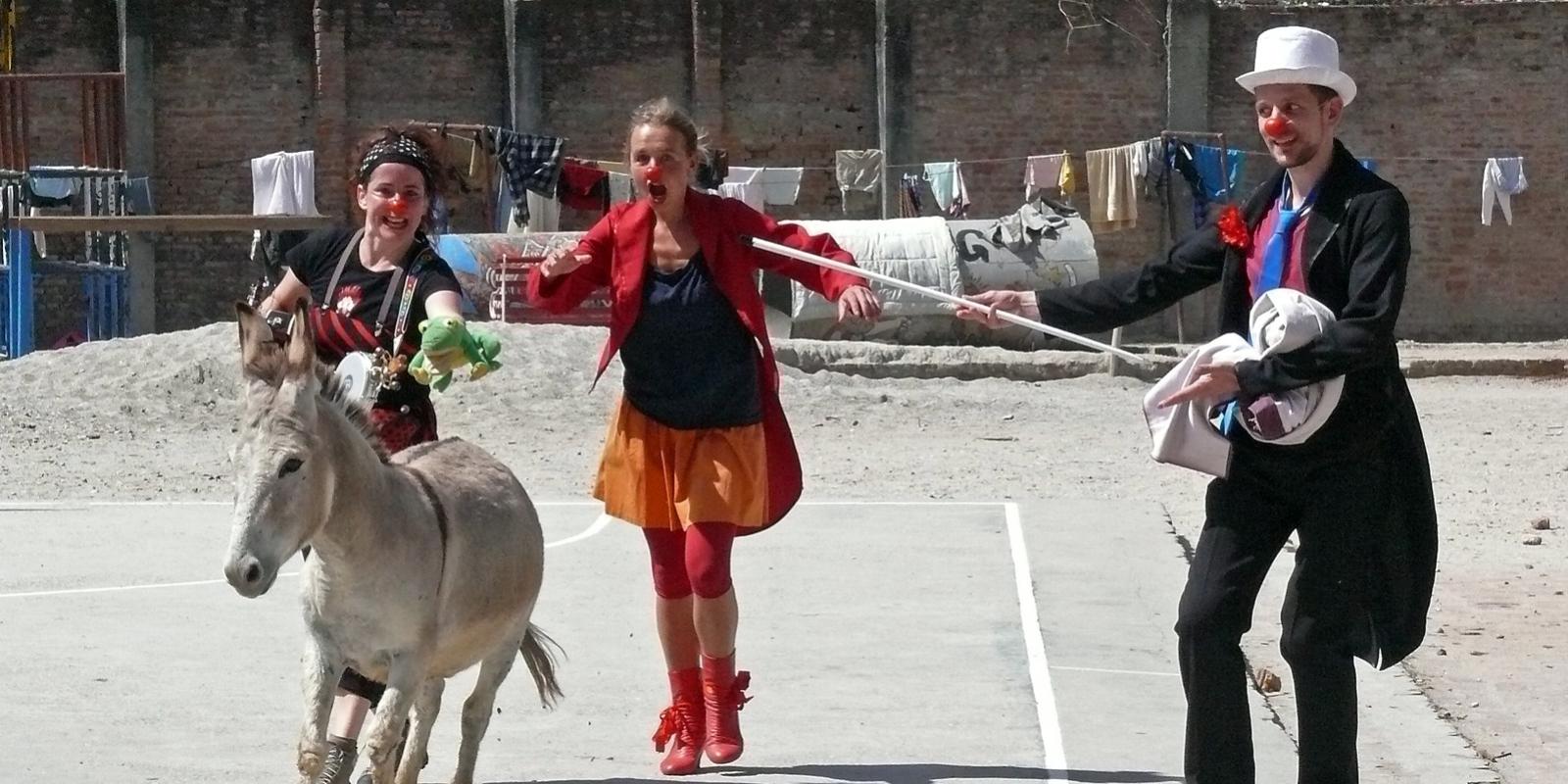 http://clownsohnegrenzen.org/wp-content/uploads/2018/05/2014-Nepal-Ralf-Hanrieder_1600x800_acf_cropped.jpg
