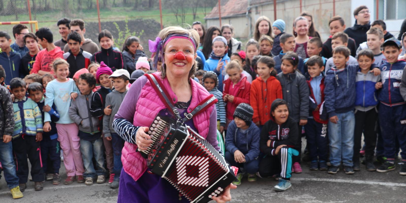 http://clownsohnegrenzen.org/wp-content/uploads/2018/05/Rumänien_2017_Jonas_Feichtl_IMG8598_1600x800_acf_cropped.jpg